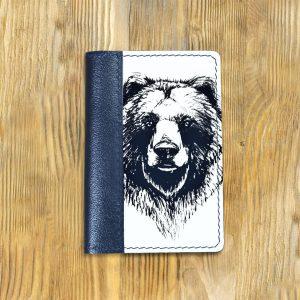 Кожаная обложка для паспорта. Медведь ЧБ