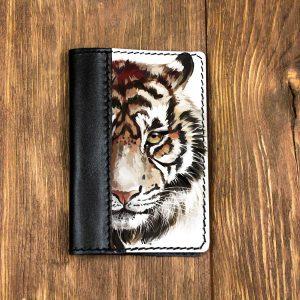 Кожаная обложка для паспорта. Спокойный тигр